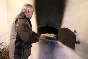 Broodbakken in bakhuis @ Buurderij De Lage Hof
